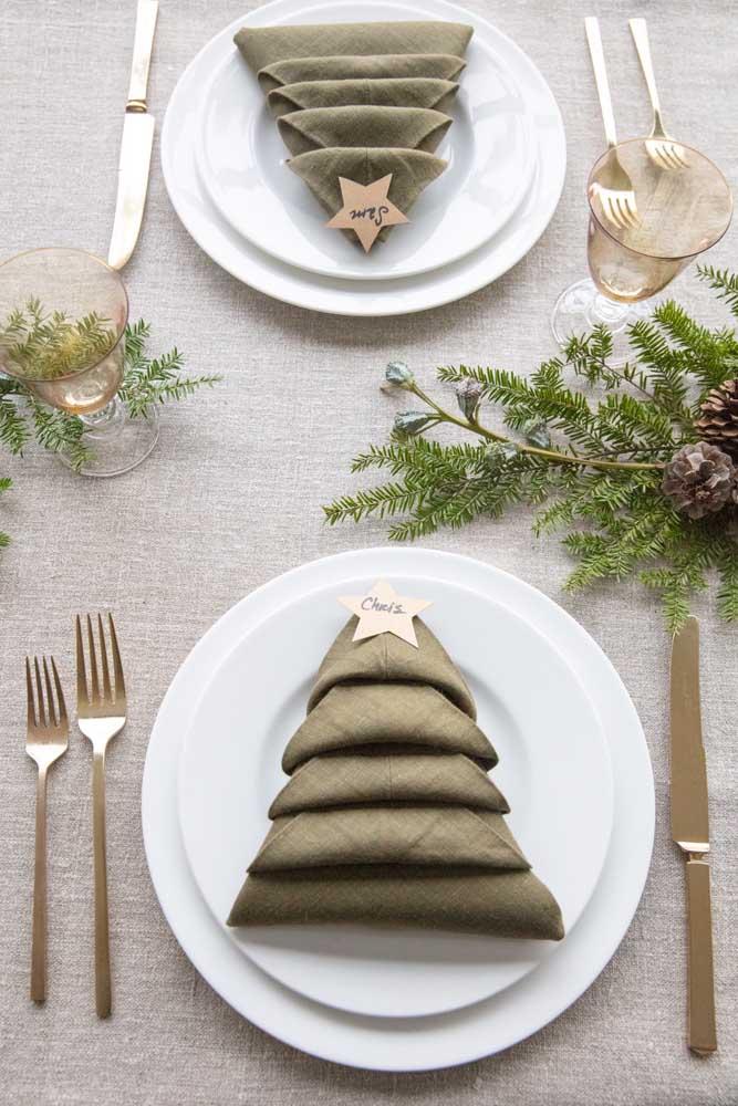 Guardanapo de tecido com dobradura de árvore. Perfeito para a ceia de natal