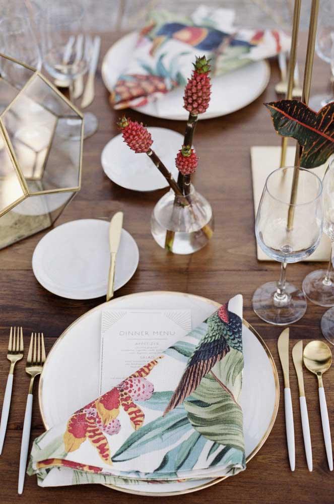 A mesa posta elegante ganhou um guardanapo de tecido estampado e colorido para contrastar