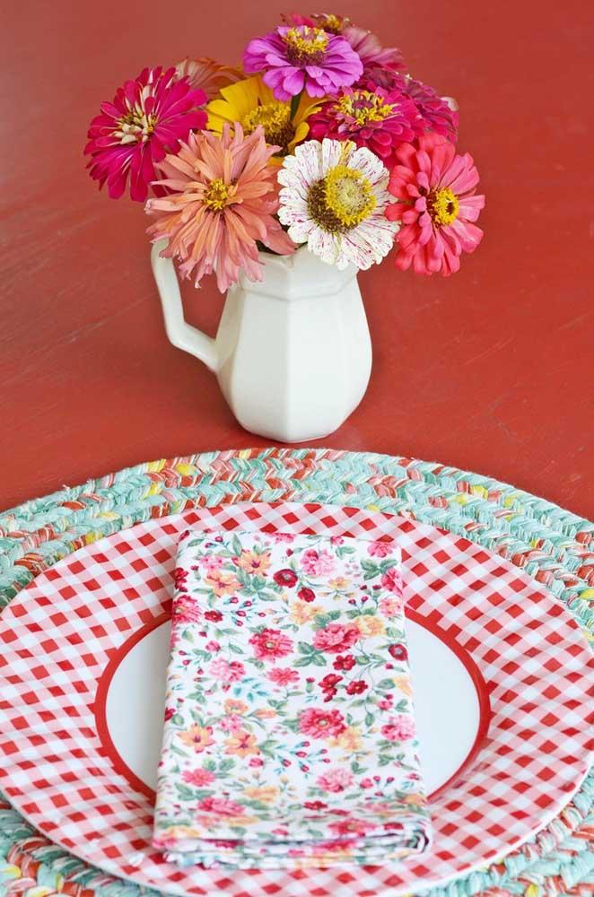 Guardanapo de tecido floral para uma mesa posta bem campestre