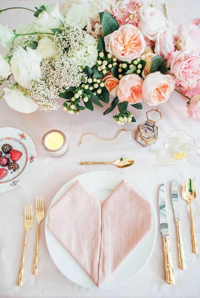 E para aquele jantar romântico um guardanapo de tecido com dobra de coração