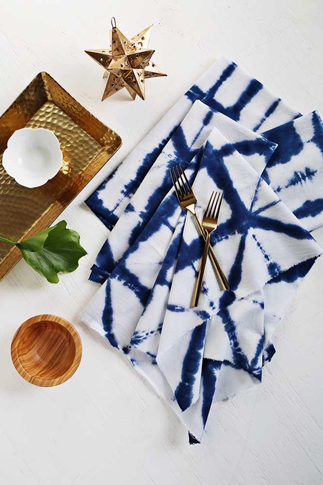 Guardanapos de tecido com efeito tie dye. Você mesmo pode fazer