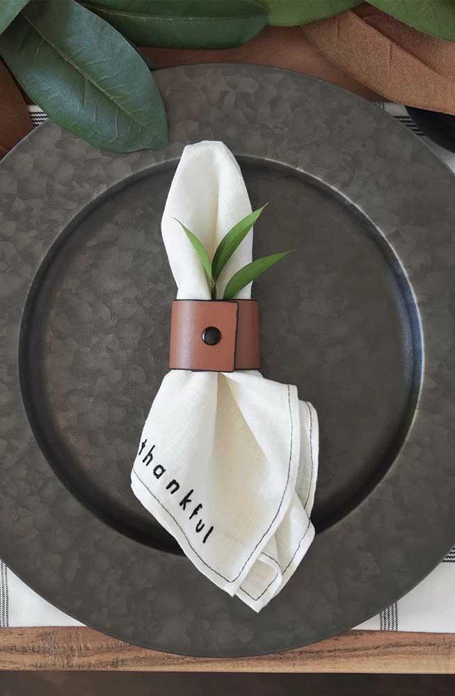 Guardanapo de tecido de linho preso pelo anel de couro para uma mesa moderna e elegante