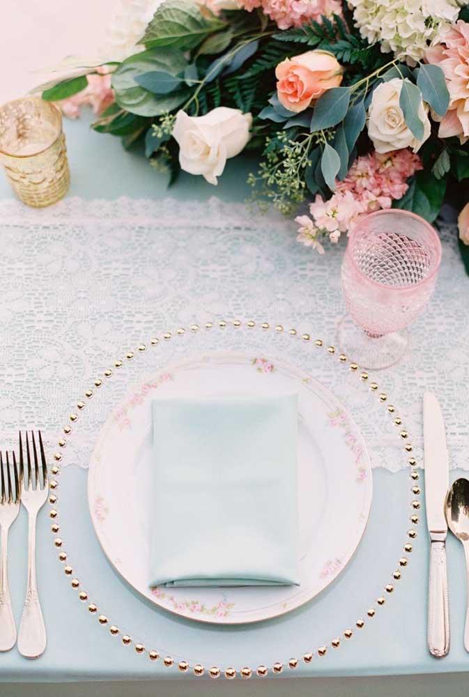 Nessa mesa romântica e delicada, o guardanapo de tecido acompanha a cor da toalha de mesa