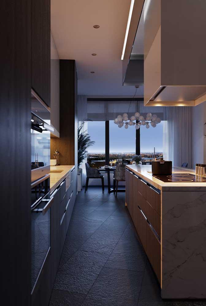 Cozinha corredor com uma ilha elegantemente iluminada