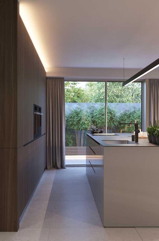 A porta de correr de vidro fornece toda a iluminação necessária para a cozinha grande