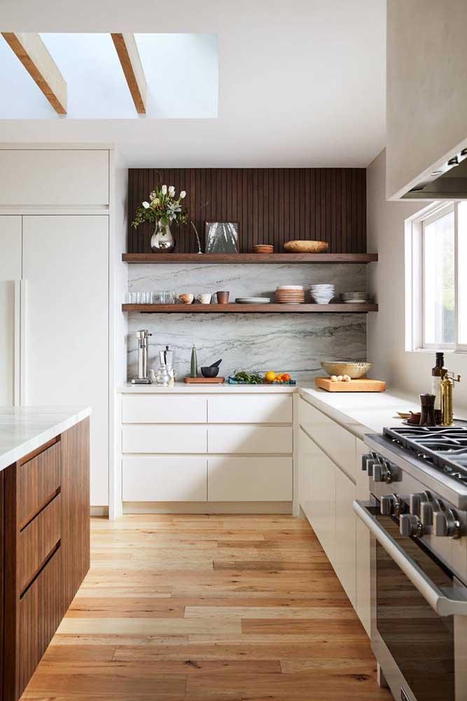 Já nessa outra cozinha, os tons claros e amadeirados conferem um toque a mais de conforto e acolhimento