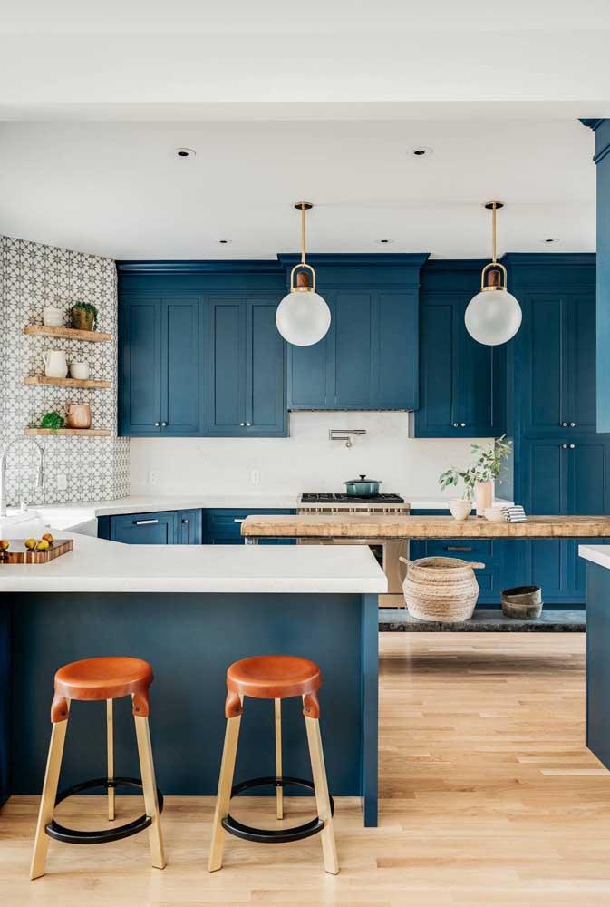 Um mimo essa cozinha grande com móveis de marcenaria clássica. Destaque ainda para o revestimento da parede