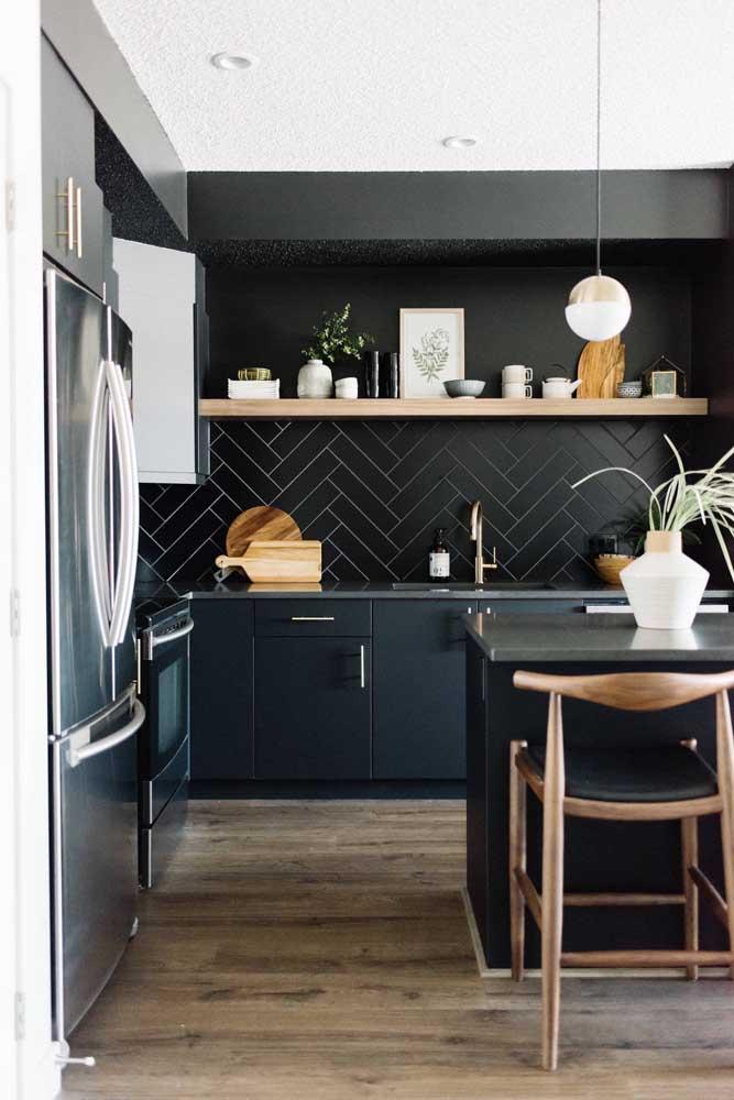 E que tal uma cozinha grande revestida com azulejo de metrô na cor preta? Um arraso!