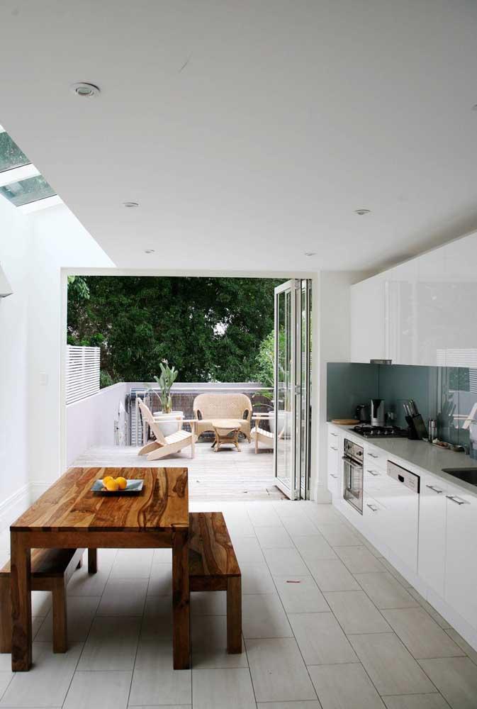 Cozinha grande integrada com a área externa