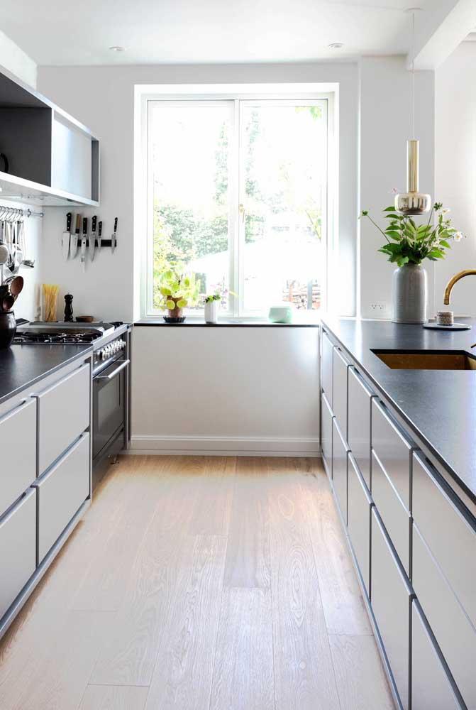 Uma janela ampla é tudo o que a sua cozinha grande precisa para se iluminar