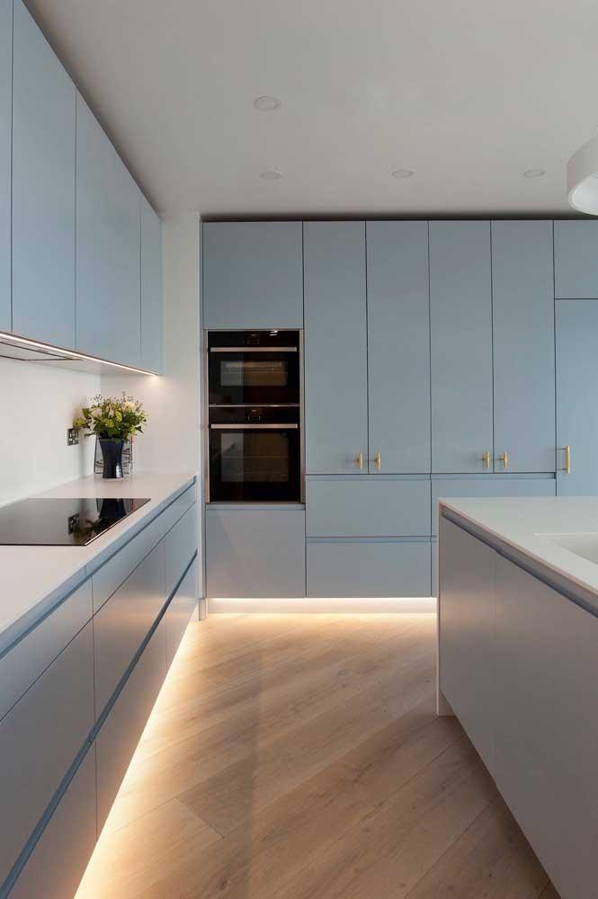 E o que acha de uma faixa de LED para iluminar a parte baixa dos armários da cozinha?