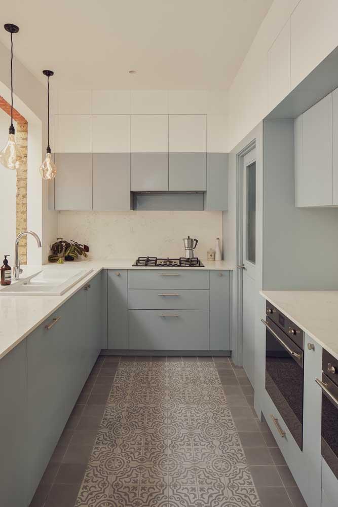 Uma cozinha super aconchegante em tons de azul e cinza. Repare que o tom de azul se estende até pouco mais da metade da parede, colorindo os armários, a parede e a porta