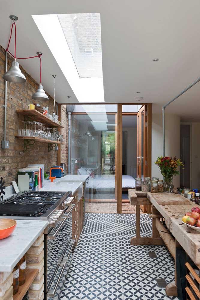 Uma cozinha grande cheia de detalhes e influências