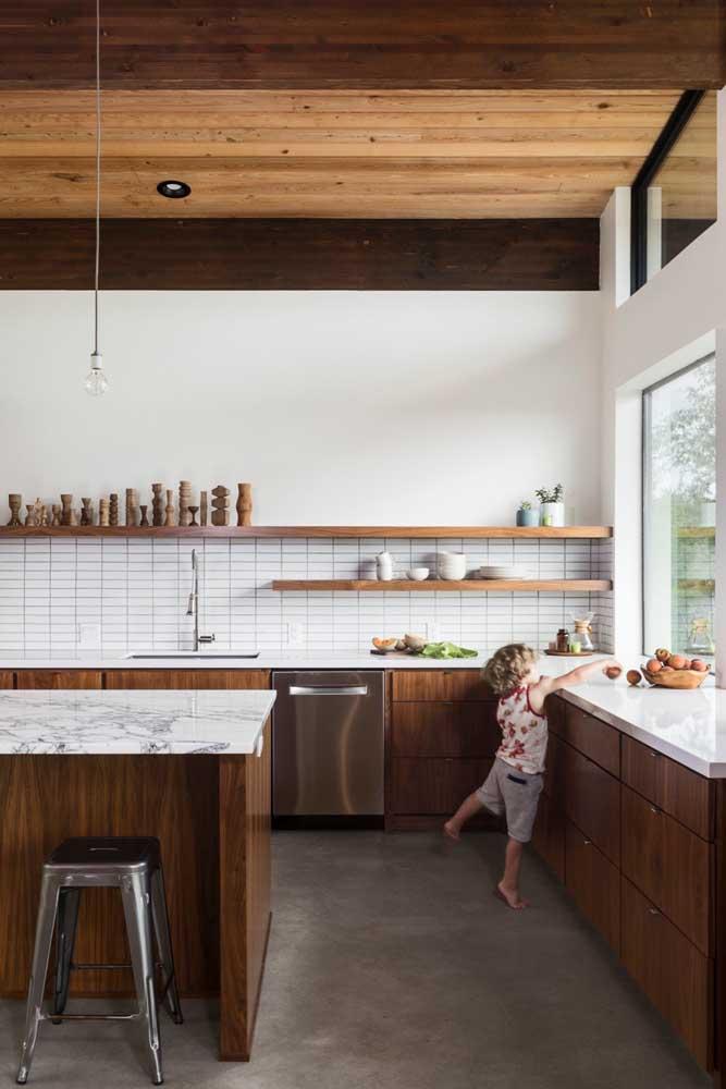 E se você não é muito fã de armários aéreos, aposte no uso de prateleiras na cozinha grande