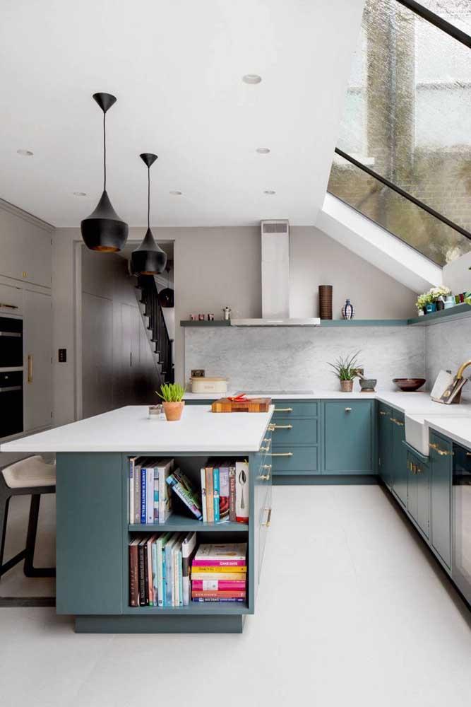 Cozinha grande super iluminada. Invista em armários com tons diferenciados