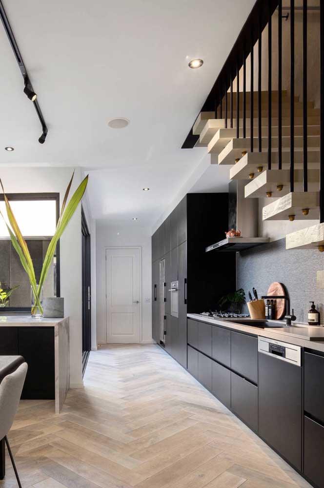 Cozinha grande com armários pretos: mais do que liberado!