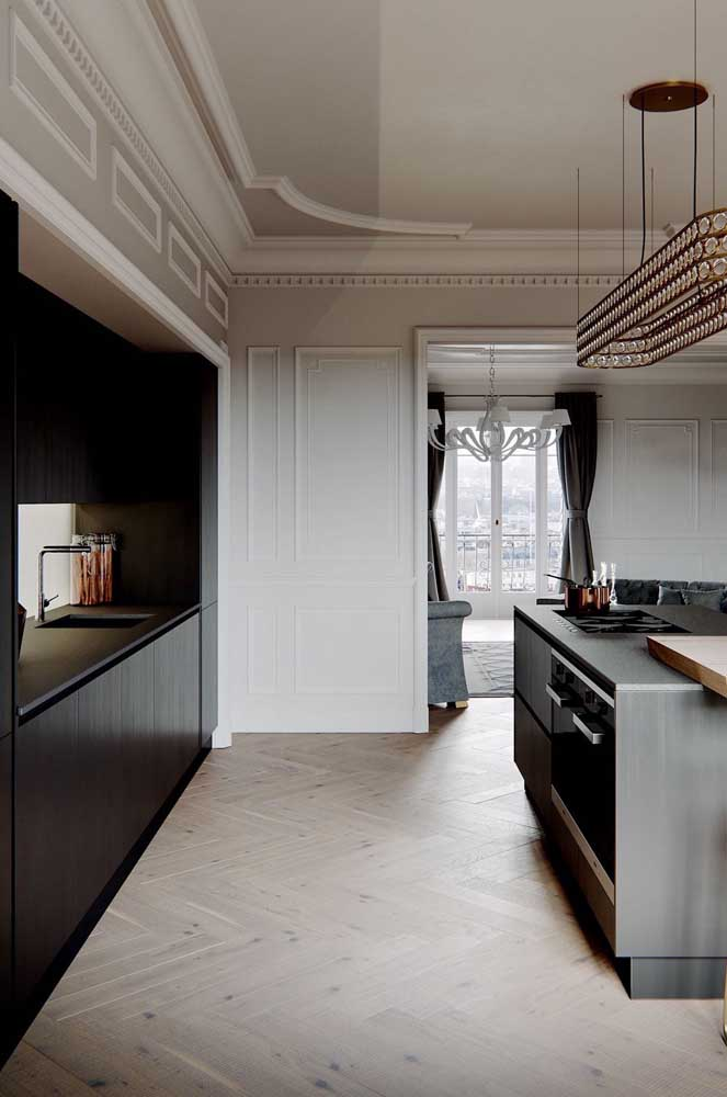 Como fazer uma cozinha grande de luxo? Com boisseries na parede, lustre de cristal no teto e a sempre elegante combinação entre preto e branco