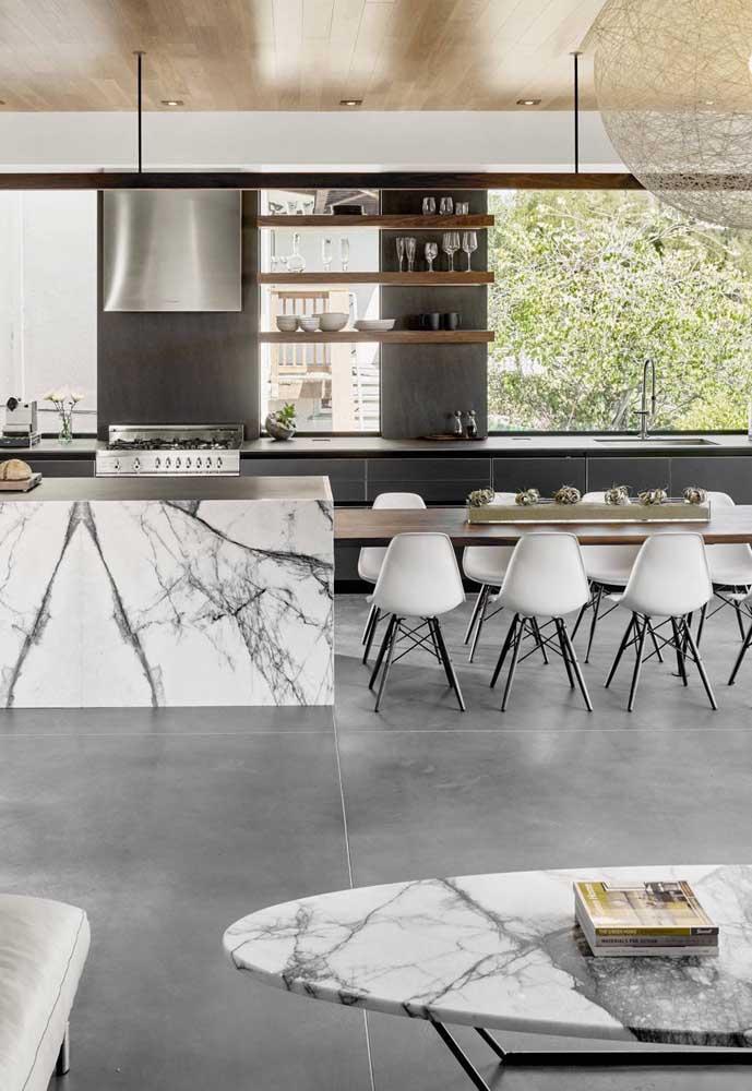 Que tal mármore na cozinha grande? Um luxo!