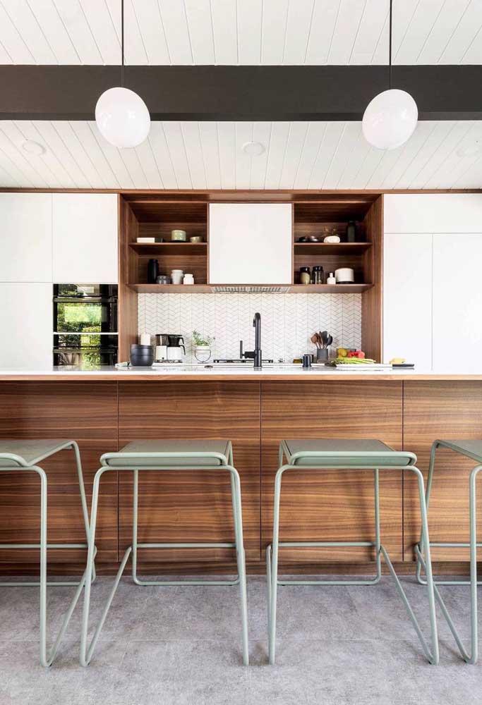Cozinha grande em estilo gourmet. Bancada e banquetas para recepcionar os convidados