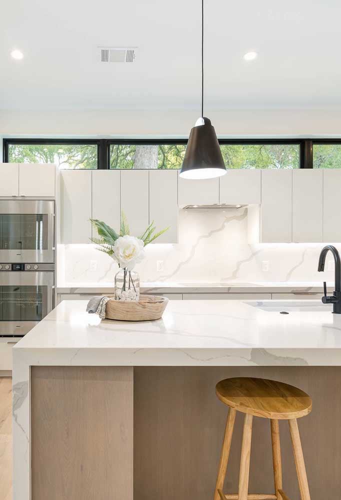 Cozinha grande elegante e sofisticada. A combinação entre o branco e o mármore fica perfeita em projetos desse tipo