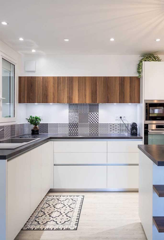 Projeto de iluminação em destaque nesse modelo de cozinha grande