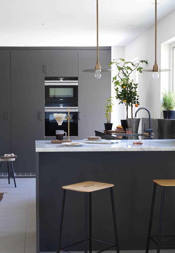 O bom e velho duo preto e branco para decorar essa cozinha grande