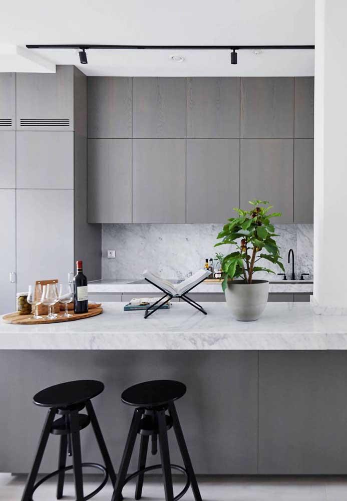 Já quem procura algo mais sóbrio, mas sem deixar de ser moderno, uma boa opção é a cozinha grande cinza