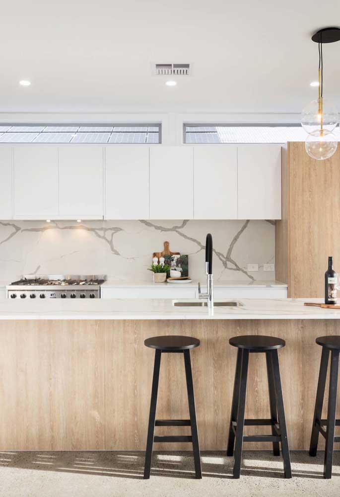 Nessa cozinha grande, a bancada também serve como balcão para as refeições