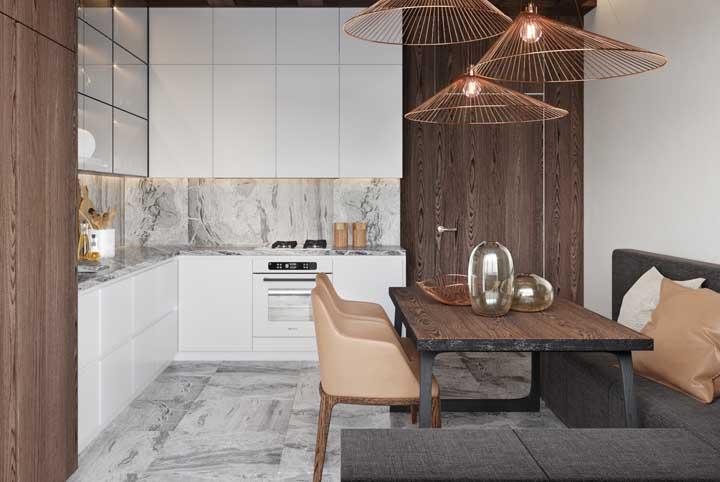 Cozinha grande com canto alemão. Destaque para a combinação entre mármore e madeira