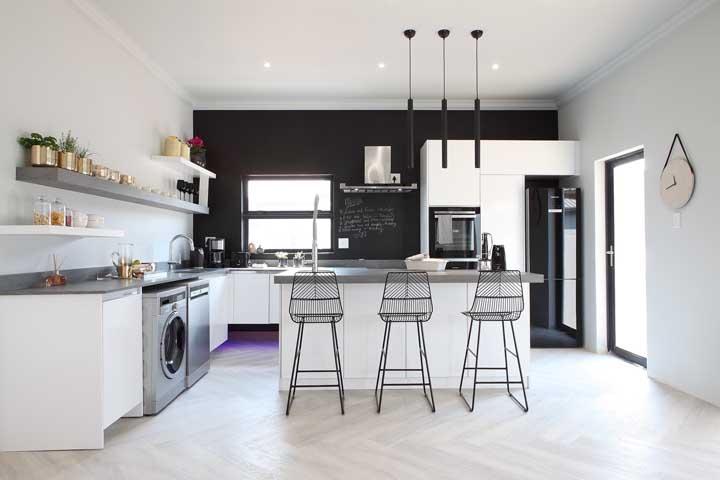 Cozinha grande com paredes pretas e brancas
