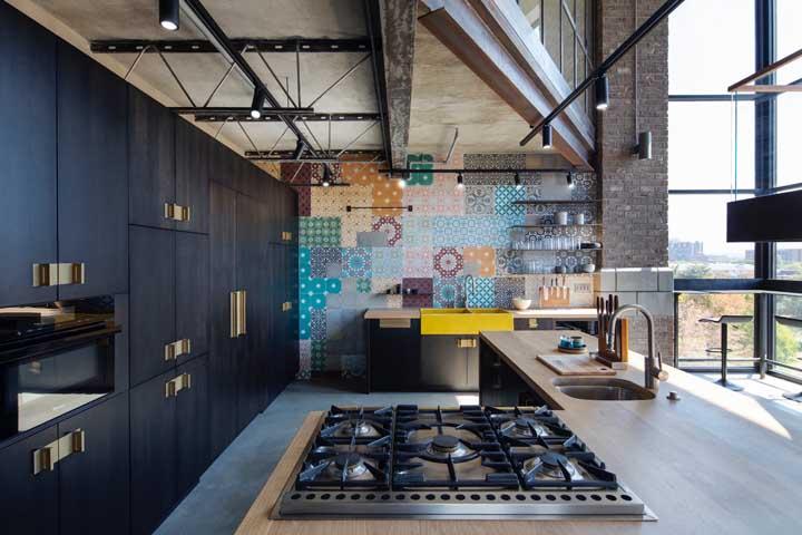 Cozinha grande moderna de apartamento. A entrada de luz natural é o grande trunfo do ambiente