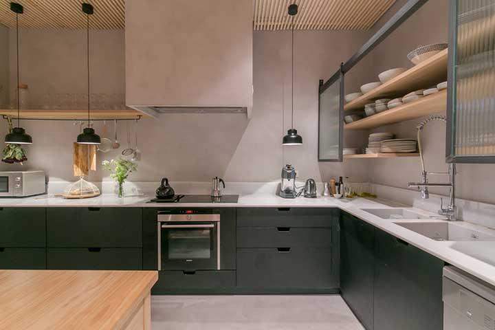 Detalhes que fazem a diferença: cimento queimado, forro de madeira e armários com porta de vidro canelado