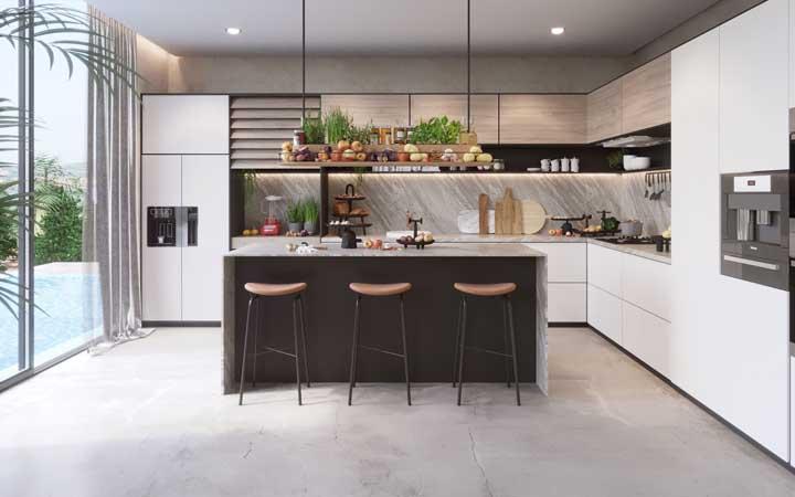 Uma cozinha grande em L com vista para a piscina da casa. Quer mais?