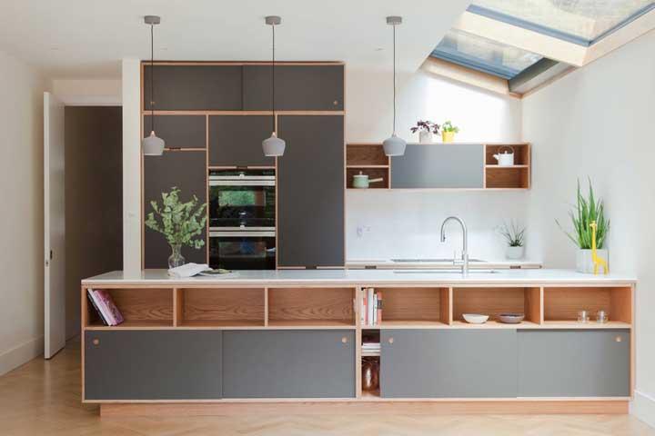 Cozinha grande planejada. Mesmo com espaço sobrando é sempre bom contar com armários que otimizem o ambiente e facilitem a rotina diária