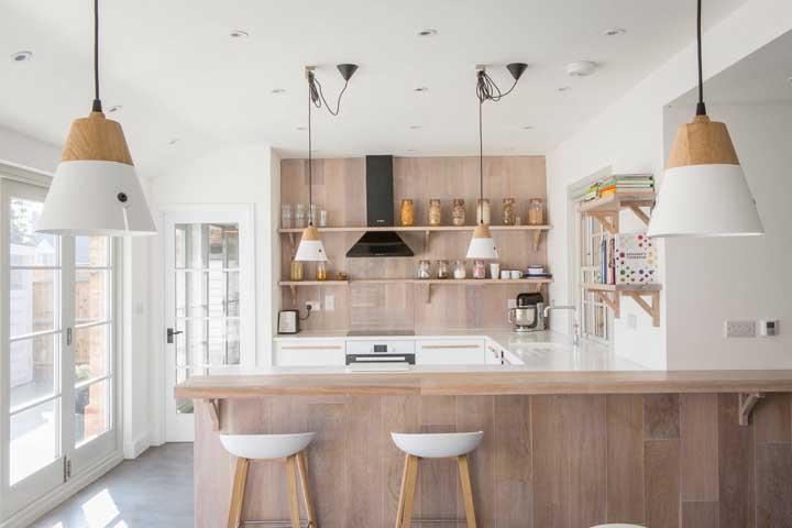 Cozinha grande, clean e acolhedora. Para isso, aposte no uso do branco e da madeira clara