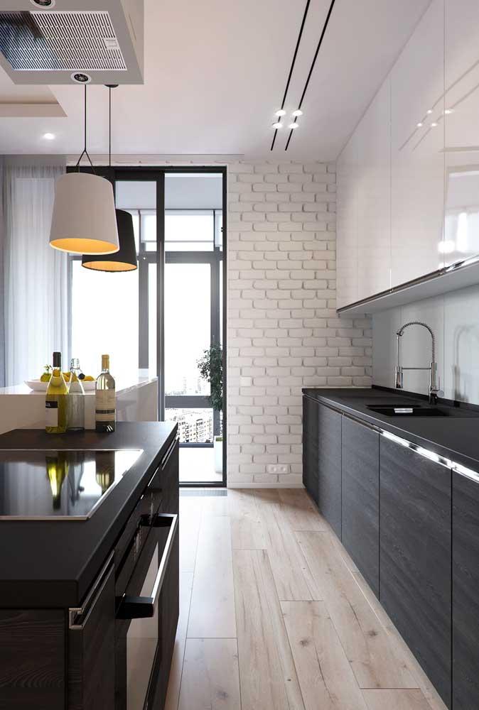 Cozinha grande integrada com a sala de estar. A iluminação natural se destaca por aqui