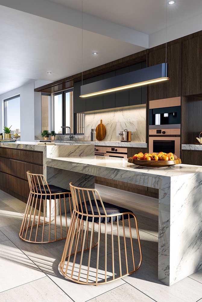 Cozinha grande e moderna com balcão de mármore e cadeiras metálicas lindas de viver!