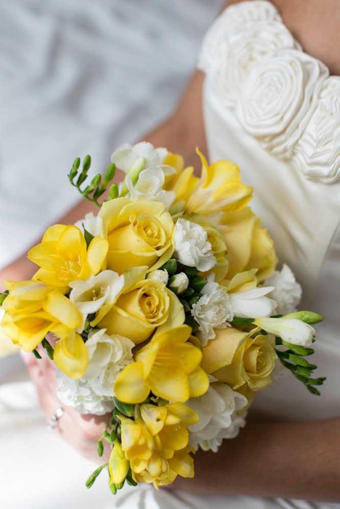 Vai casar? Aposte em um buquê de rosas e frésias amarelas