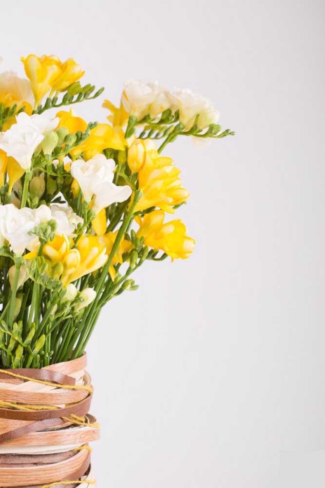 Uma composição que nunca decepciona flores brancas com flores amarelas. No caso aqui, são as frésias