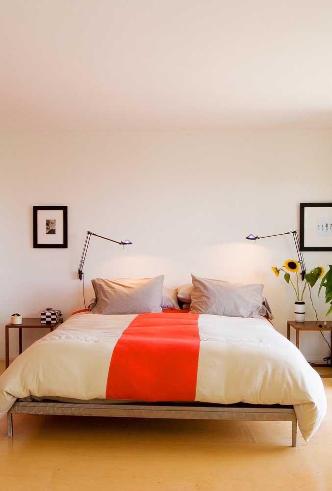 Já no quarto do casal, o vaso de girassol complementa a decoração simples e moderna