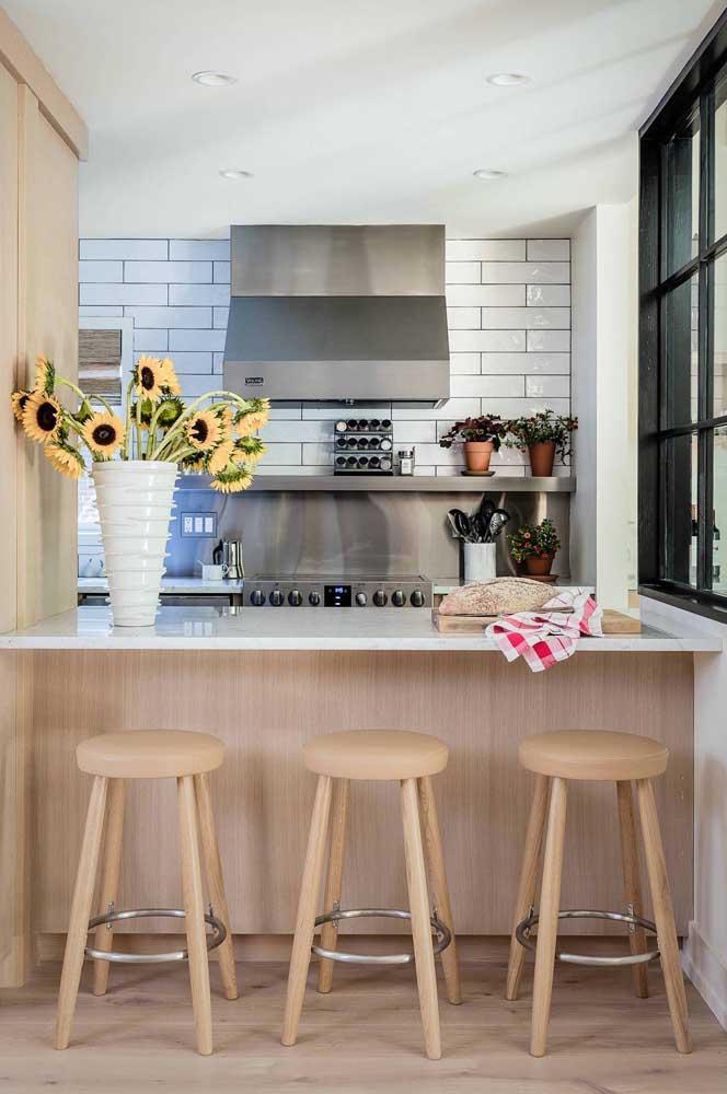 A cozinha ganha uma nova cara com o vaso repleto de girassóis