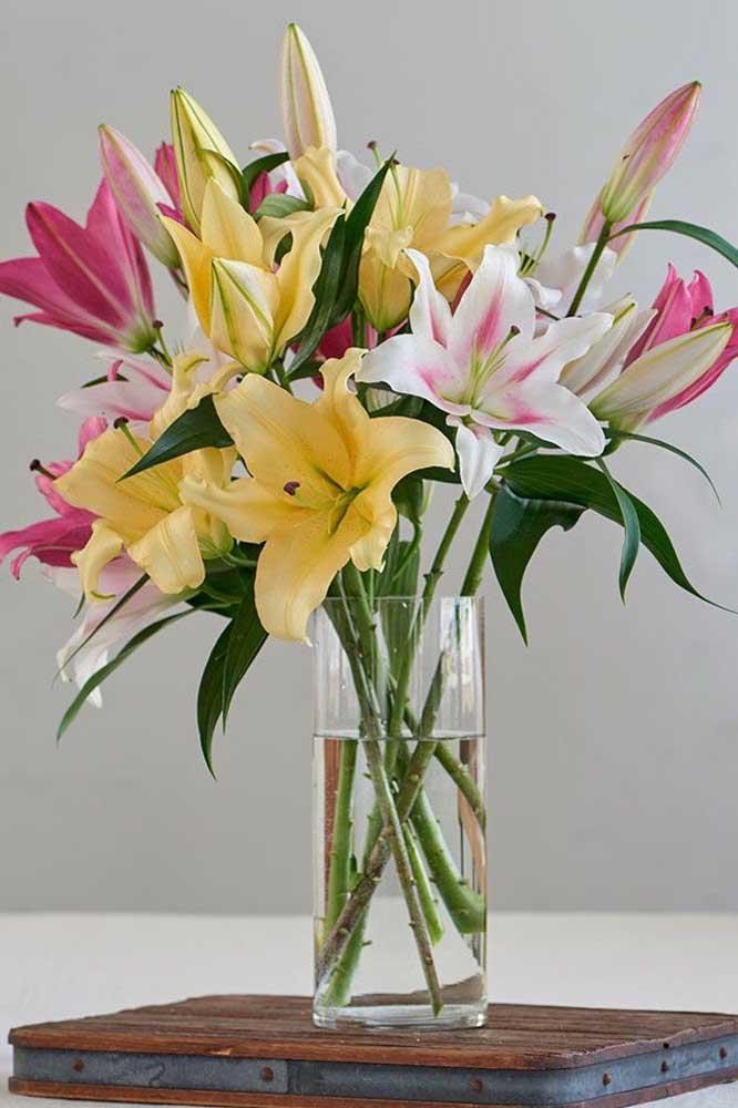 Hemerocales amarelas, rosas e brancas compondo um arranjo simples, mas muito bonito e perfumado