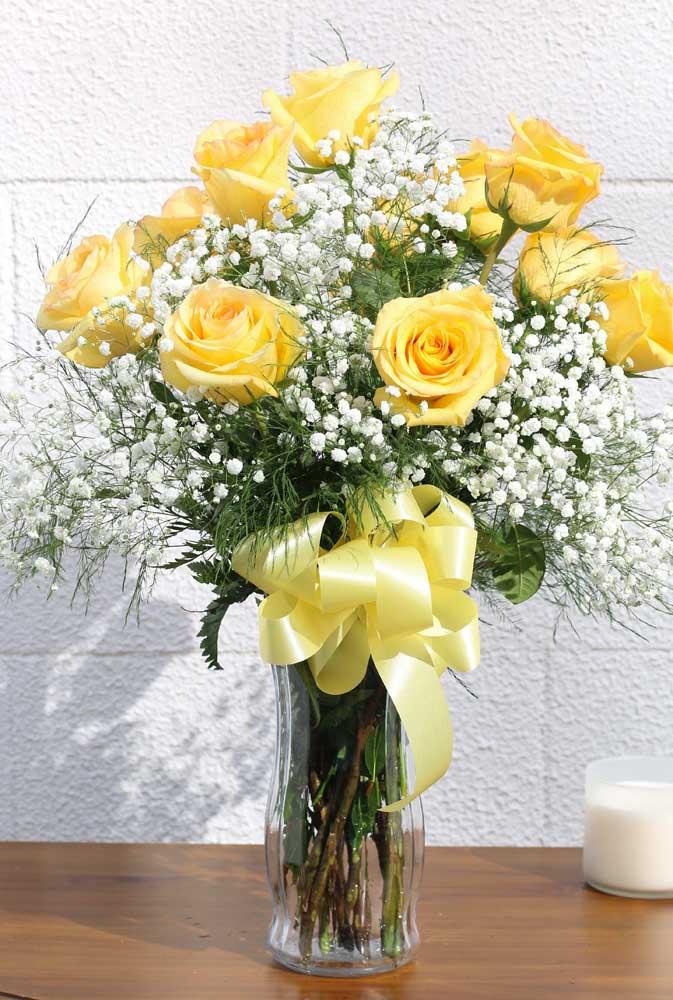 As rosas amarelas enchem de luz e cor a decoração da casa
