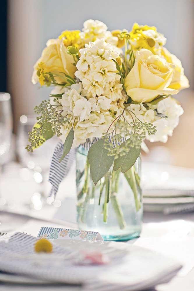 Até o mais simples dos arranjos se valoriza com a presença das rosas amarelas