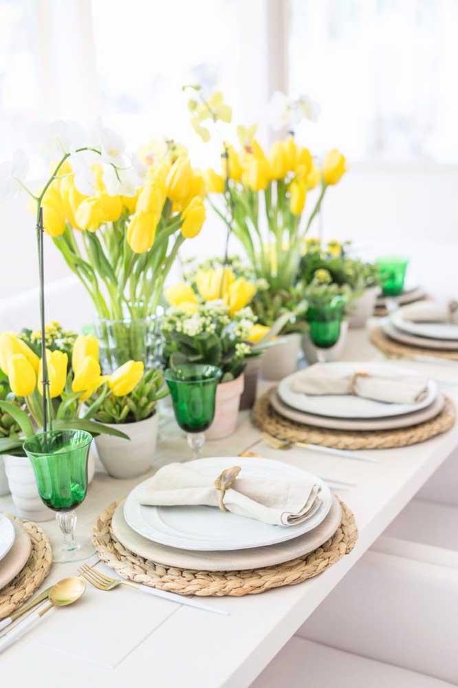 Tulipas amarelas para alegrar a decoração da mesa posta