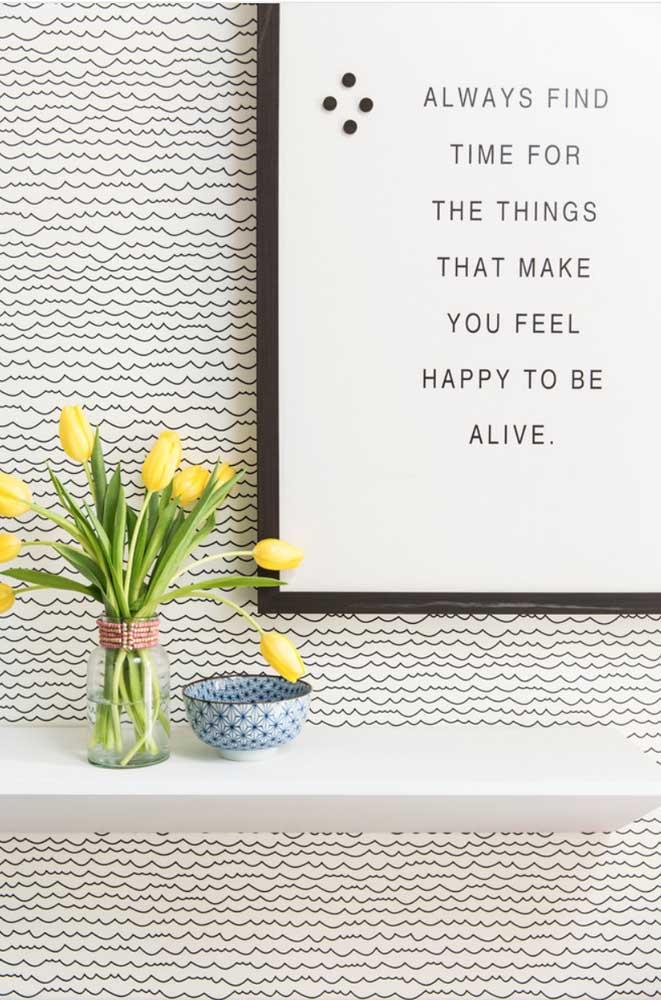 O simples aparador mudou de cara com a presença alegre das tulipas amarelas