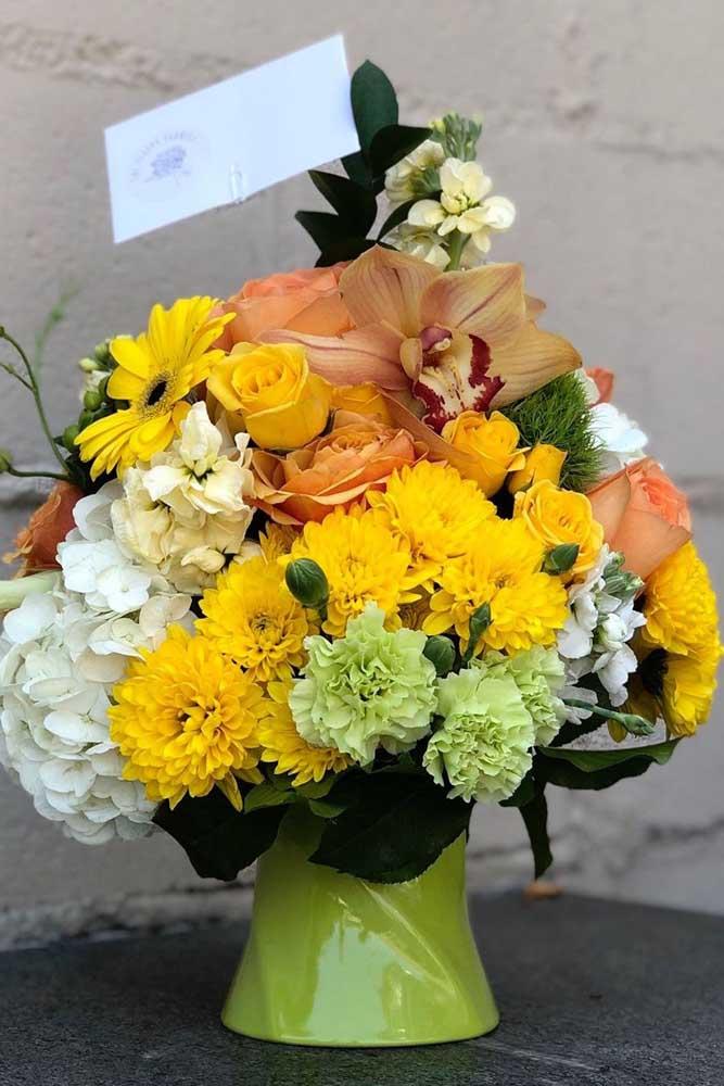 Buquê de flores amarelas, entre elas o cravo