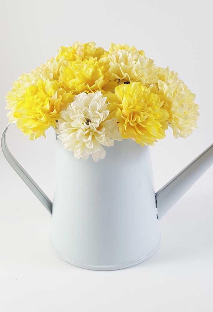 Um arranjo simples, mas para lá de meigo e delicado. Qualquer ambiente cria um novo fôlego com as delicadas flores de cravo amarelo