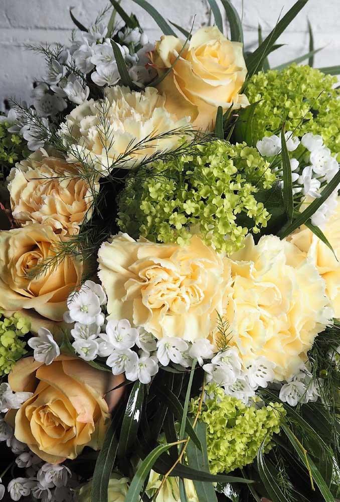 Arranjo de flores brancas e amarelas. Perfeito para uma decoração de casamento, por exemplo
