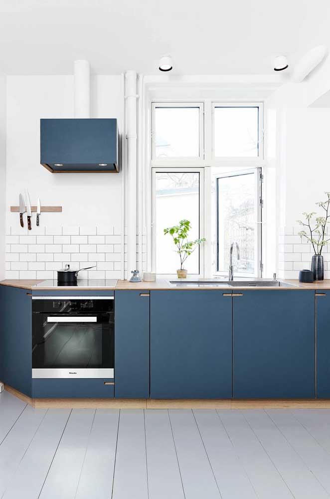 Esquadria de ferro com abertura tradicional para essa cozinha